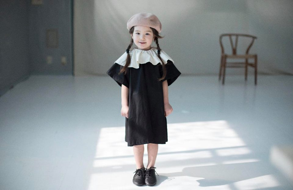 couture emma de choeur ベージュのベレー帽と黒のワンピース