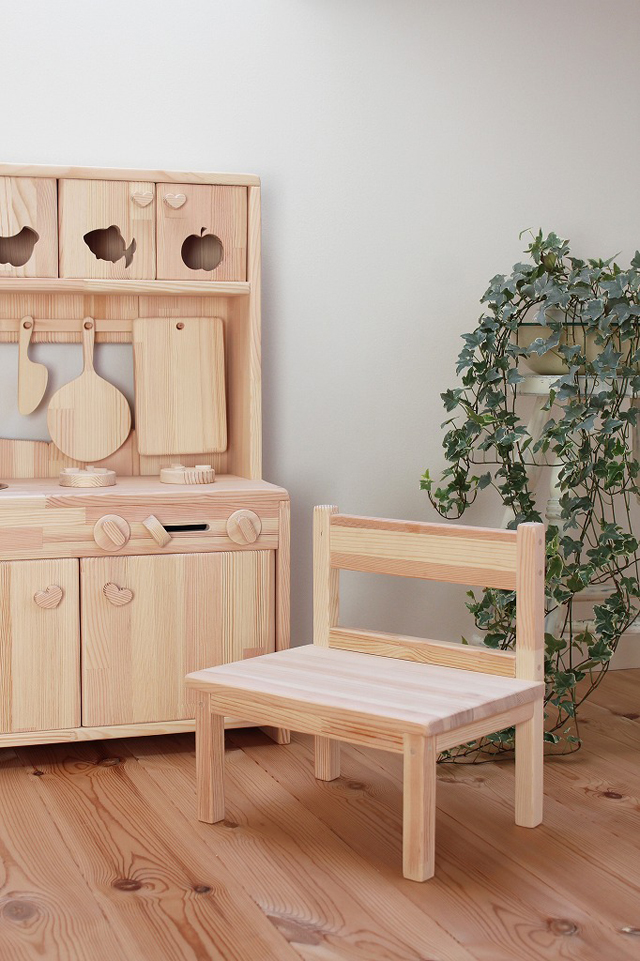 日本の職人さんが 丹精込めて製作しているキッズチェア・子供椅子