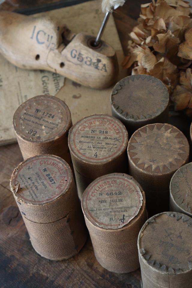 古い ベージュの円筒ボックス