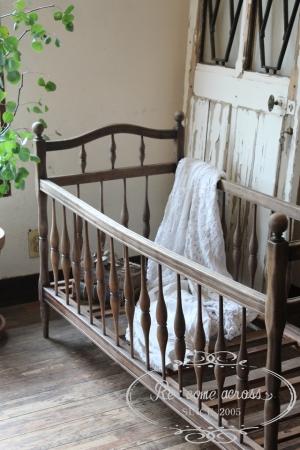 フランスアンティークの木製ベビーベッド