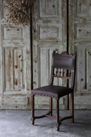 U137 フランスアンティーク アンリ2世様式 エンボス装飾のレザーシート ダイニングチェア 椅子