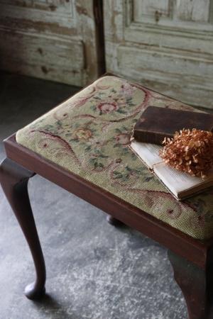 英国アンティーク クロスステッチの座面 ガブリオールレッグ スツール 椅子
